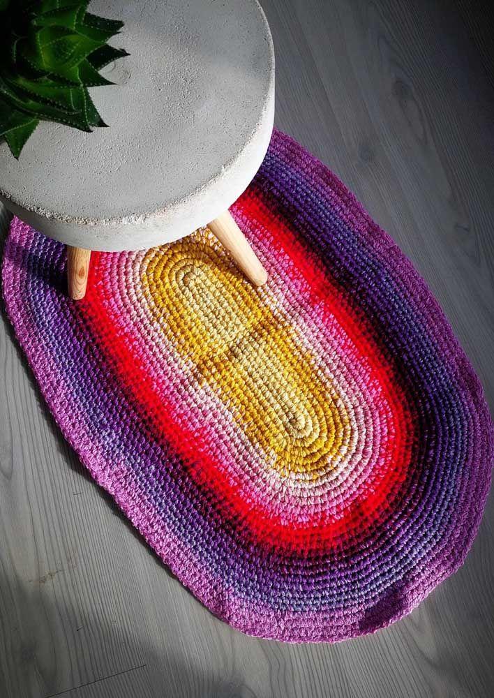 Composição vibrante de cores para esse pequeno tapete de crochê simples