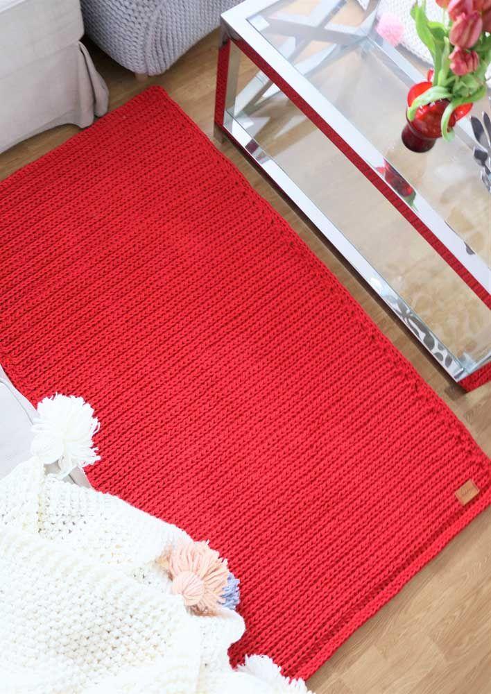 Os pontos fechados e o tom sólido de vermelho enriquecem esse simples tapete de crochê