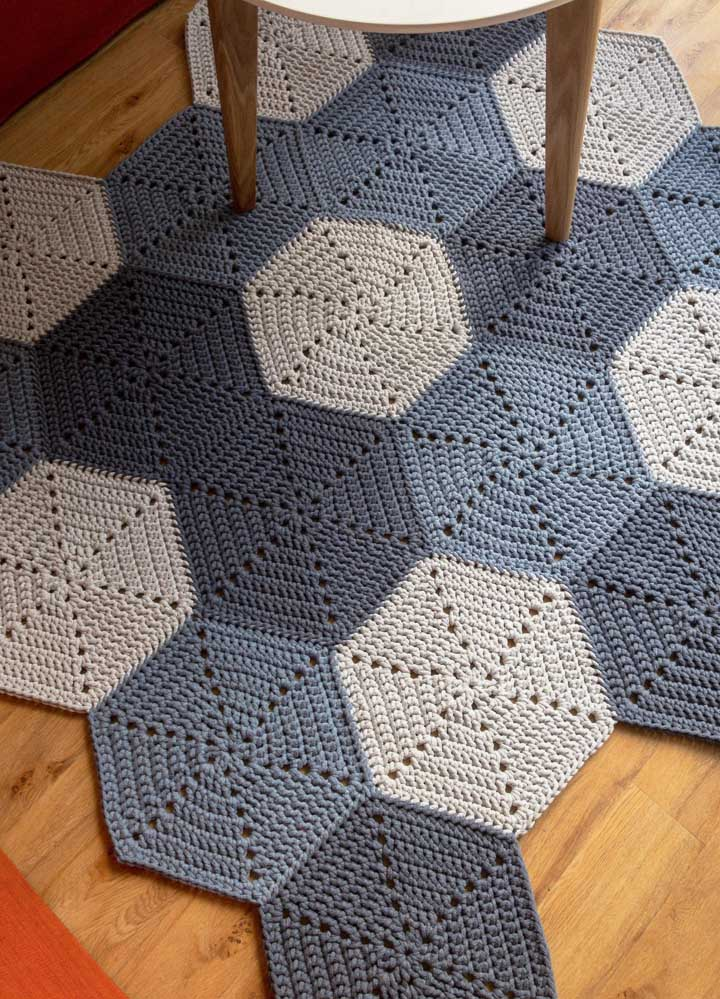 Unidos um a um, os hexágonos de crochê em tom de azul formaram um tapete sóbrio e elegante