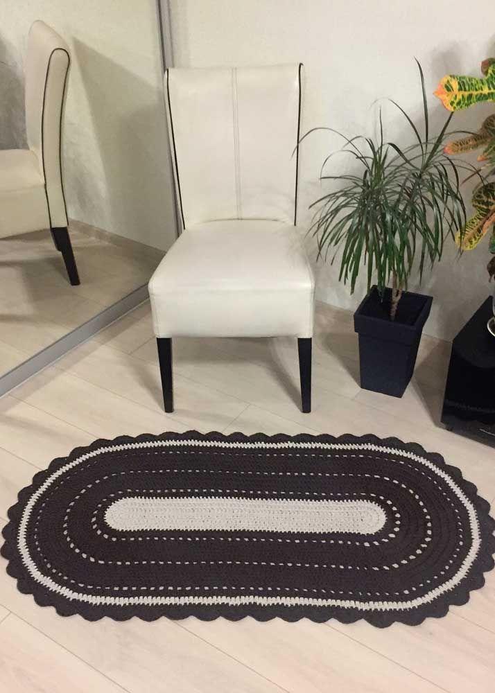 O clássico preto e branco que cai bem até em modelos de tapete de crochê simples