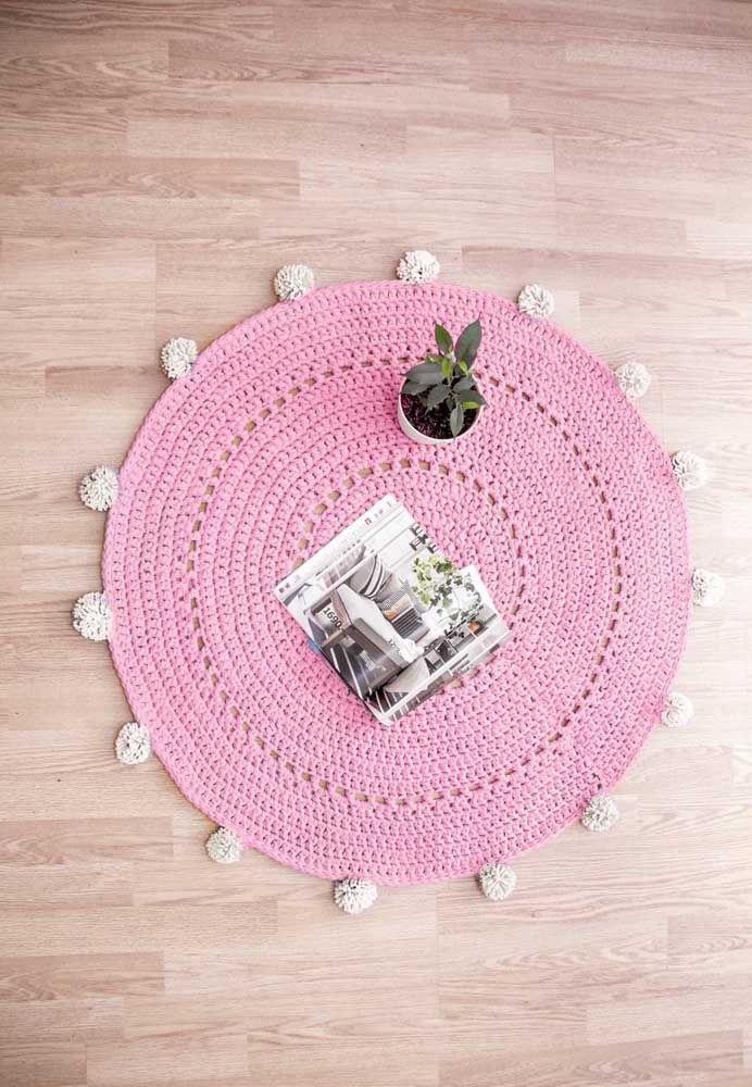 O tapete de crochê rosa é puro romantismo no ambiente