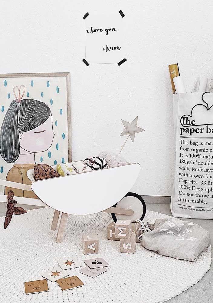 O quarto infantil de estilo moderno apostou em um grande tapete redondo de crochê para marcar a área do brincar