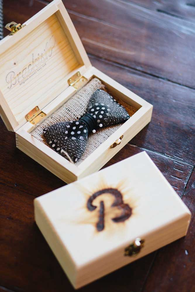 The personalized wooden box guaranteed a rustic touch to the invitation for best man