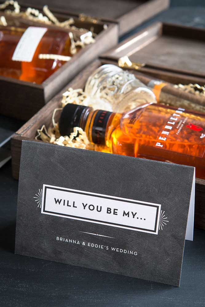 Remember that in addition to the treat it is important that the invitation for the groomsmen has all the wedding information