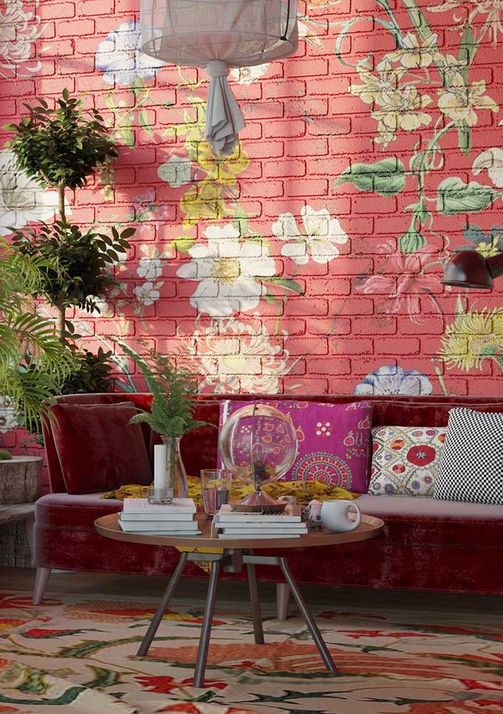 Colorful and cheerful, this living room bet on a red wall with flowers to differentiate itself