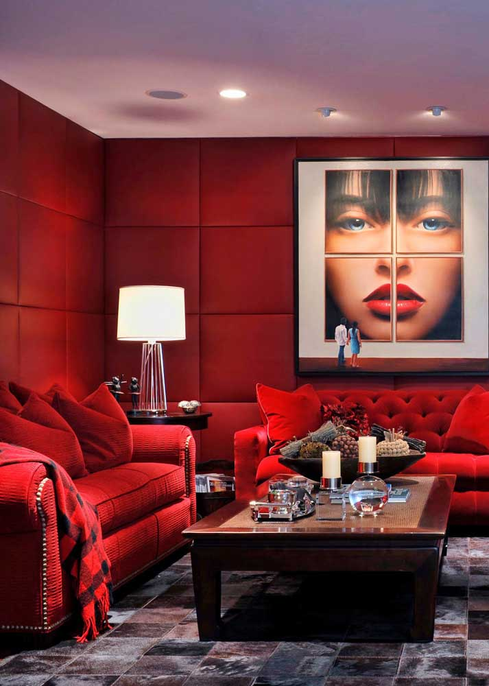 Luxurious, sophisticated red room that does not weigh visually in the environment