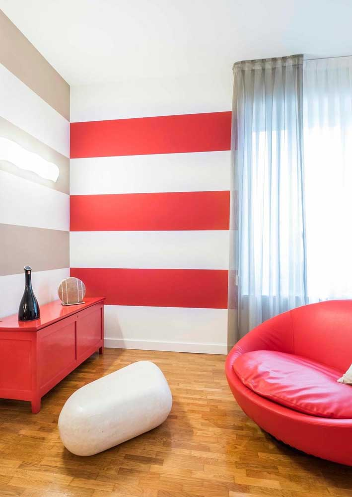 Here, the highlight goes to the walls with red and white stripes