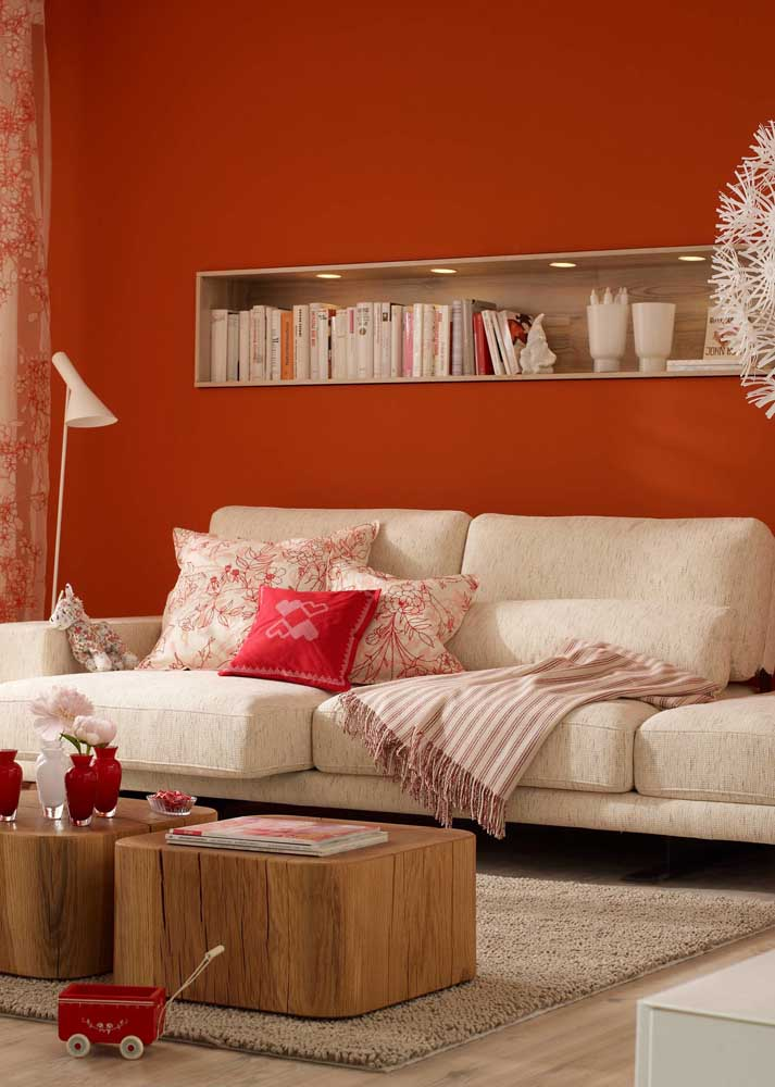 Red room with wooden details. The perfect combination for those who want comfort