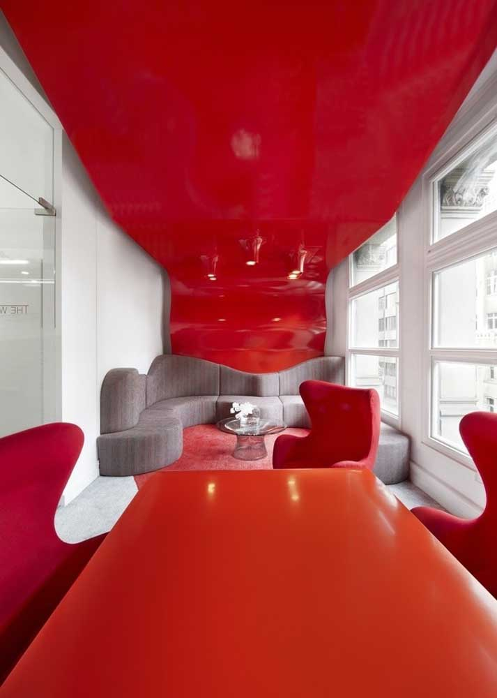 Have you ever thought about a bright red ceiling for your living room?