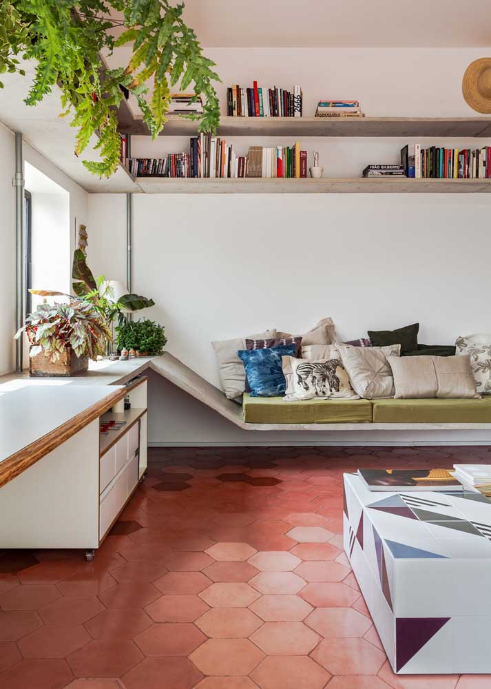 Here, the red floor, in retro style, brings a touch of incredible nostalgia to the room