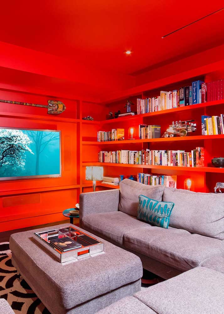 Room with red wall and ceiling. Topa?