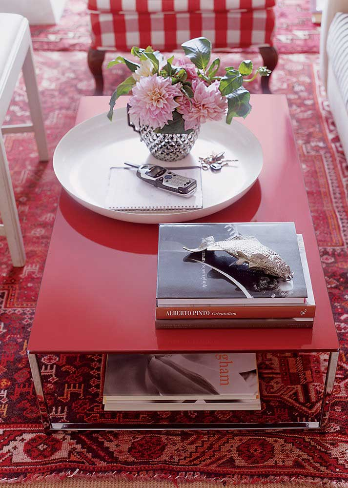 Red carpet and table in contrast to white details
