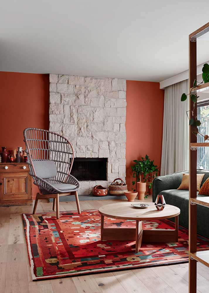 Rustic red room. The feeling of comfort is even more pronounced with the presence of elements in wood and stone