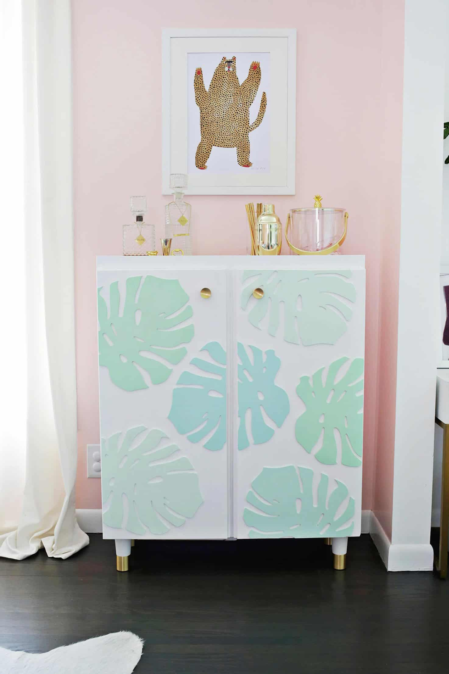 Transform that piece of furniture that has already given what it had to give with a new painting or using coating techniques, such as decoupage.