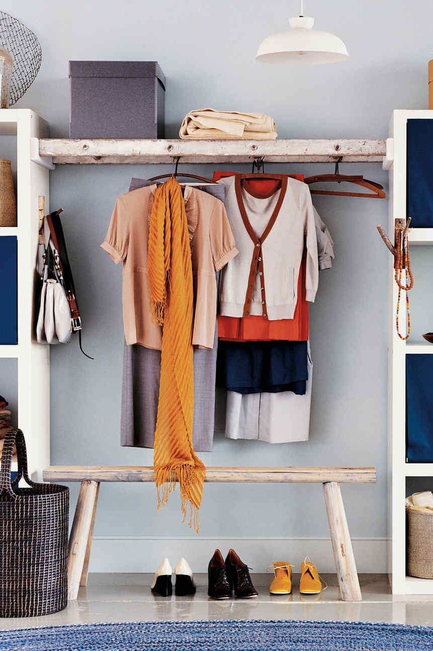 DIY decoration: here, the idea was to use an old ladder to serve as a rack in the wardrobe