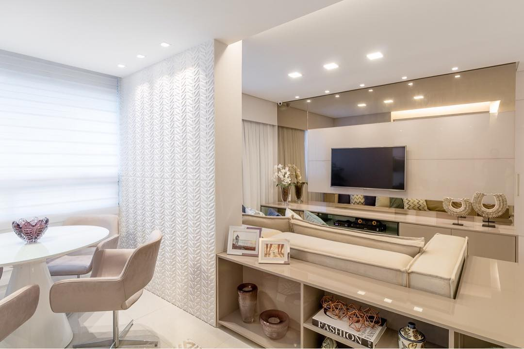 Small decorated room integrated to the dining room