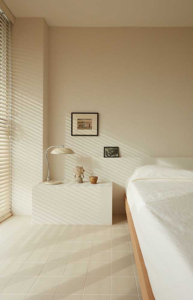 Calm and harmonious, this double room bet on the ivory color for the walls
