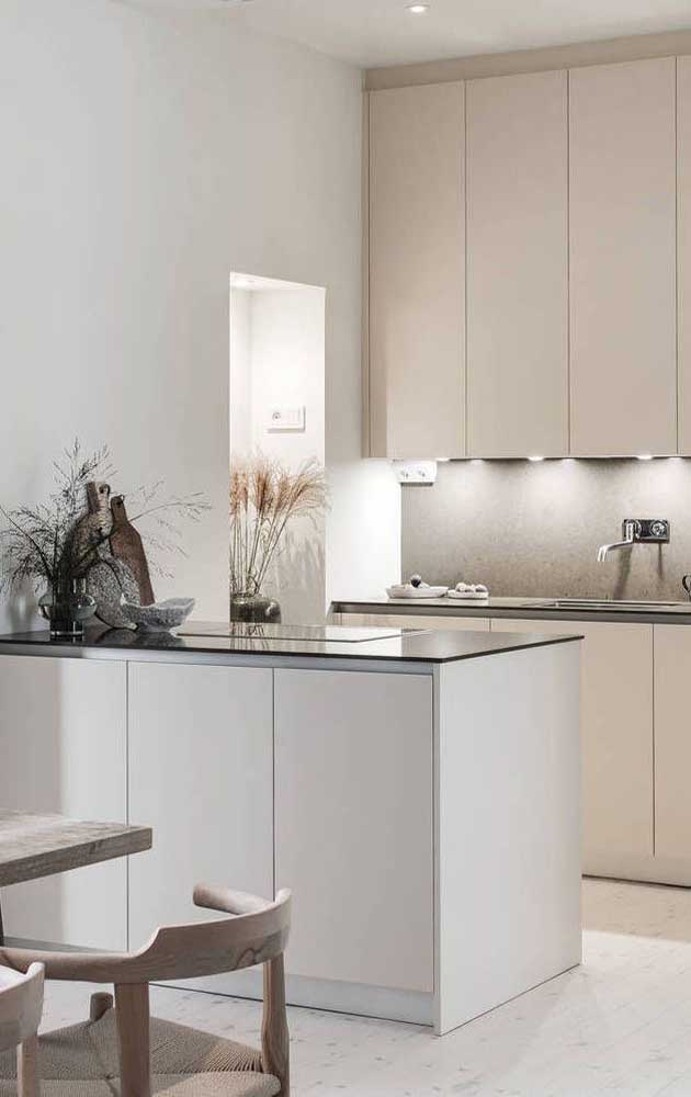 In this other kitchen, the option was for a slightly lighter shade of ivory to go against the white