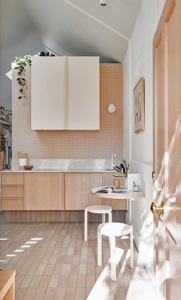 This bright kitchen knew how to use the combination of ivory, wood and white very well