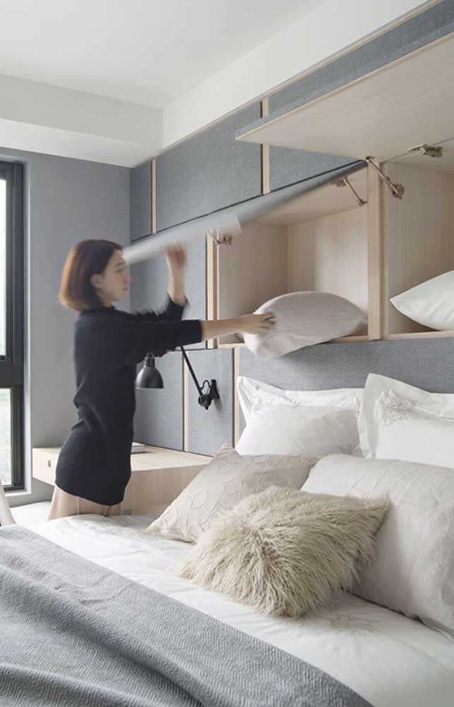 Functional furniture and practical opening are assets to organize the small double bedroom