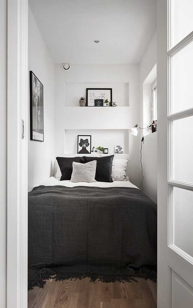 In this other tiny double room, there is practically no corridor, the bed is accessed from the front; highlight to the embedded niches that allow the presence of decorative objects