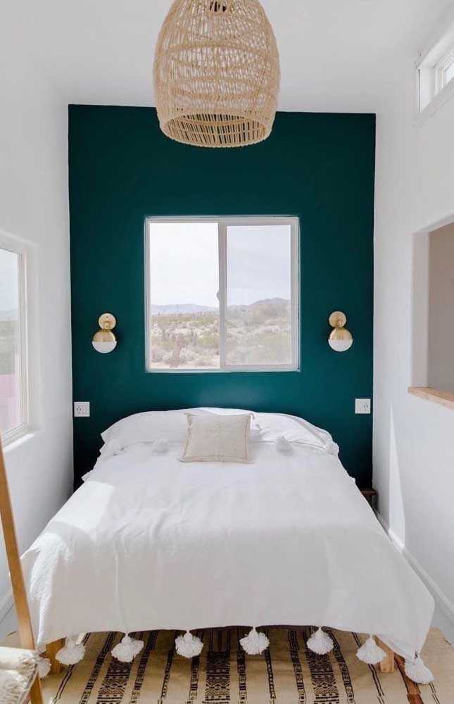What a beautiful double bedroom inspiration! The emerald green wall guarantees color and elegance to the small space