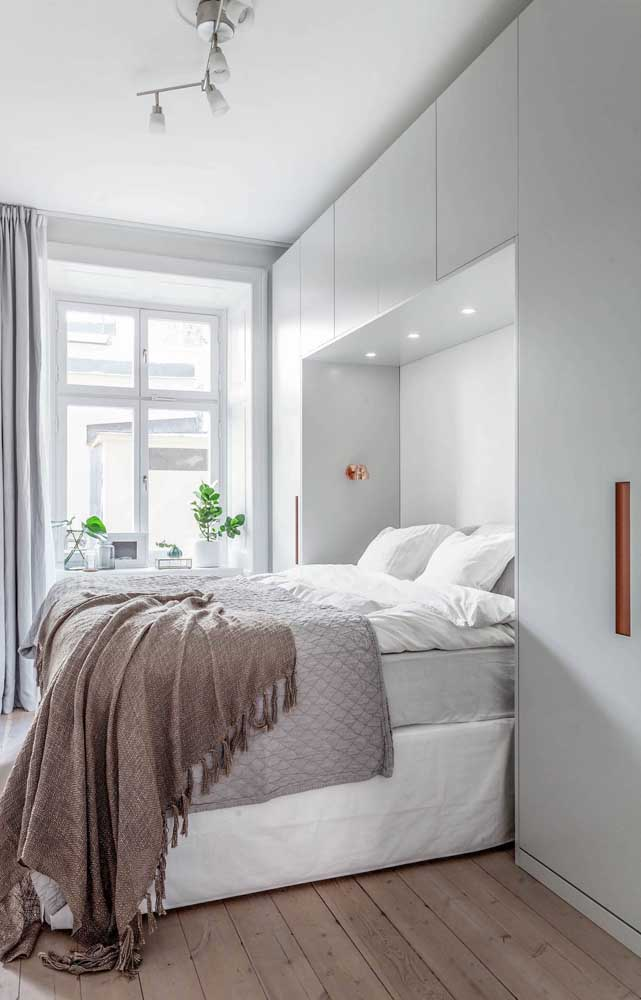 Natural lighting and light colors: perfect match for small double rooms