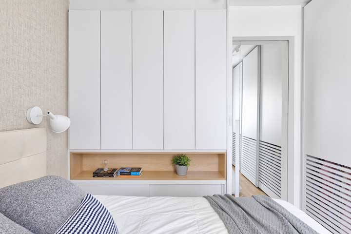 Mirror on the door: a practical and very functional idea for the small double bedroom