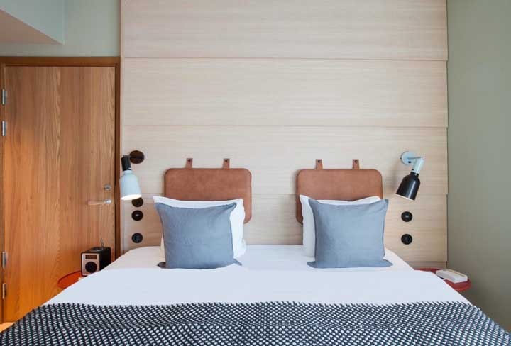 What a cool idea around here! The headboard has fixed backrests only in the place where each one sits