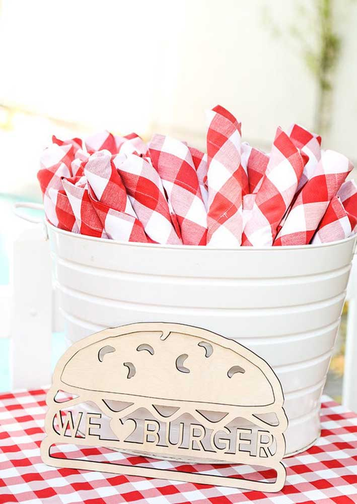Checkered tablecloth and napkins for the burger night to look like a picnic