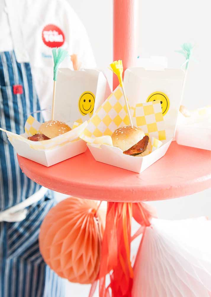 Mini hamburgers in decorated boxes. Great option for children's birthday