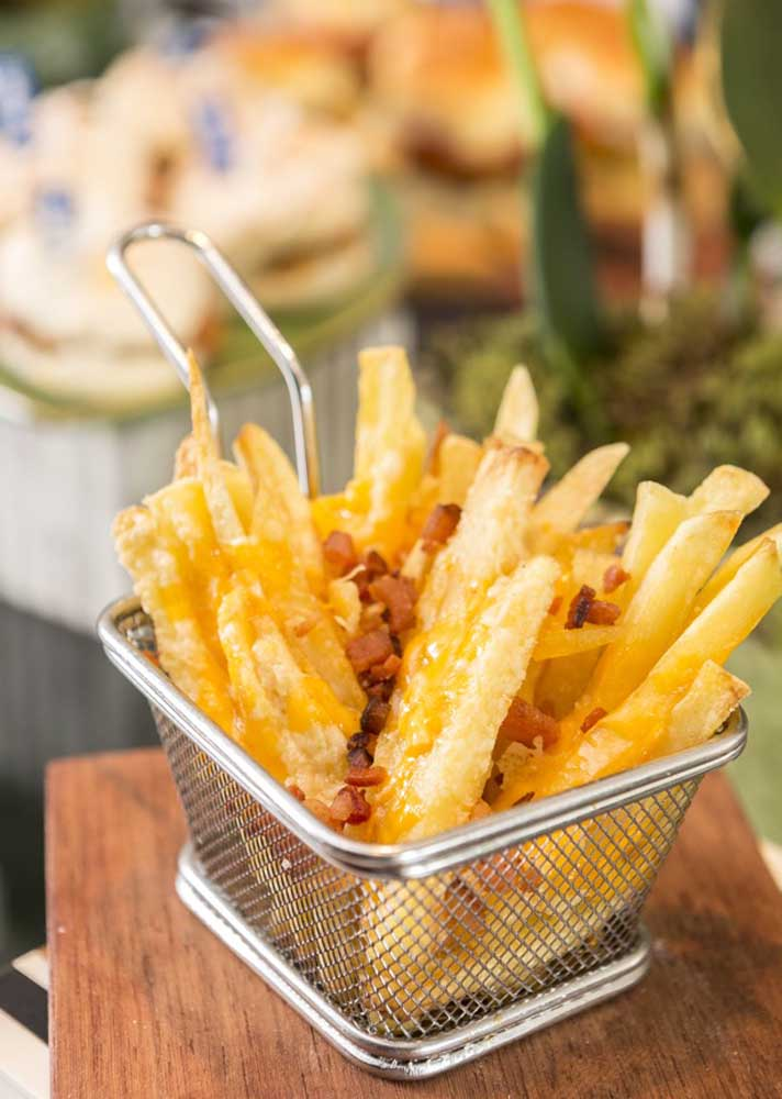 Fried potatoes and bacon to make guests happy. Serve with cheddar sauce