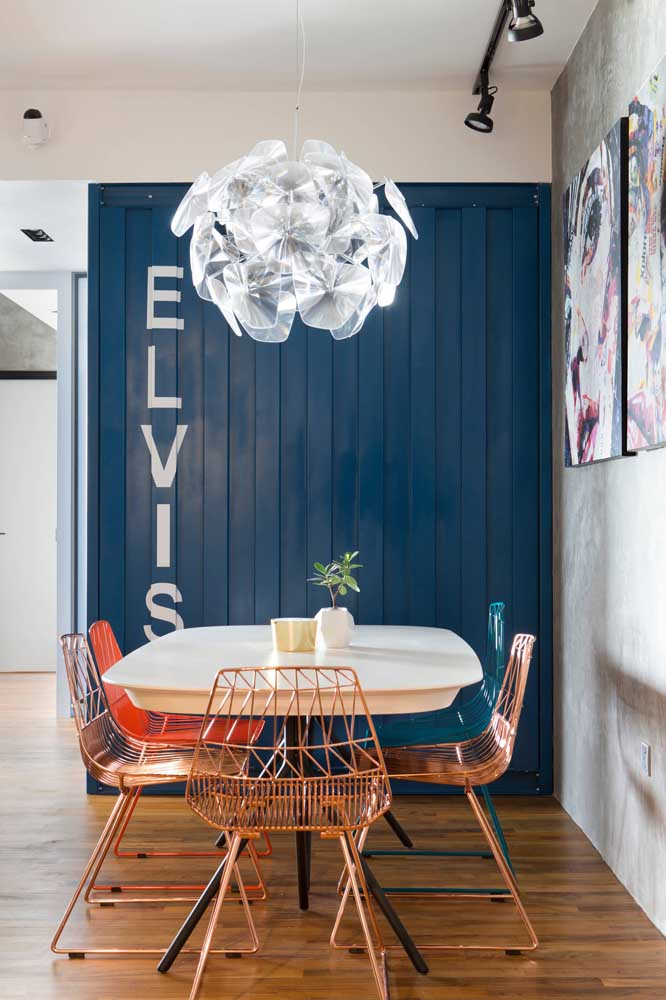 Dining room with a container face, like it? Achieve this effect at home by covering one of the walls with sandwich tile. Remember to paint the tiles with a striking color