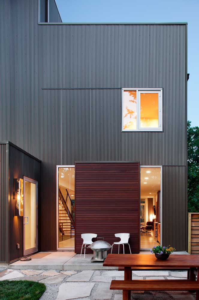 Wood and sandwich tile to enhance the facade of this modern house