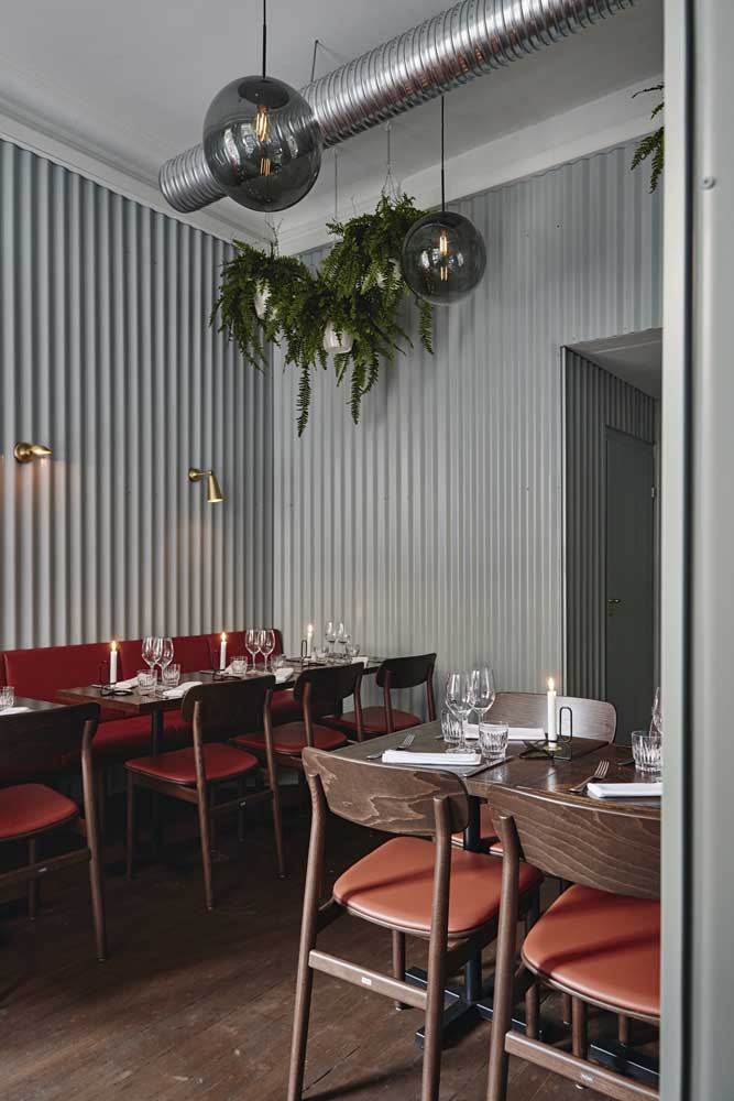 This restaurant dared in the mix of styles and had no doubts in placing the sandwich tiles on the wall