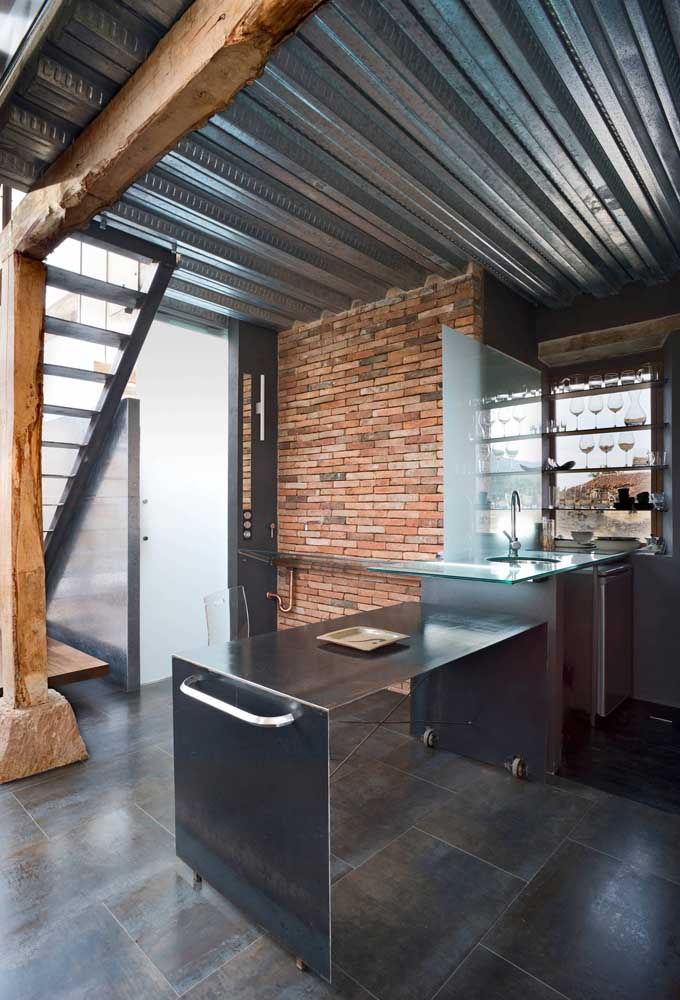 Here what stands out is the contrast between the metallic tone of the sandwich tile with the rustic look of the wood and bricks