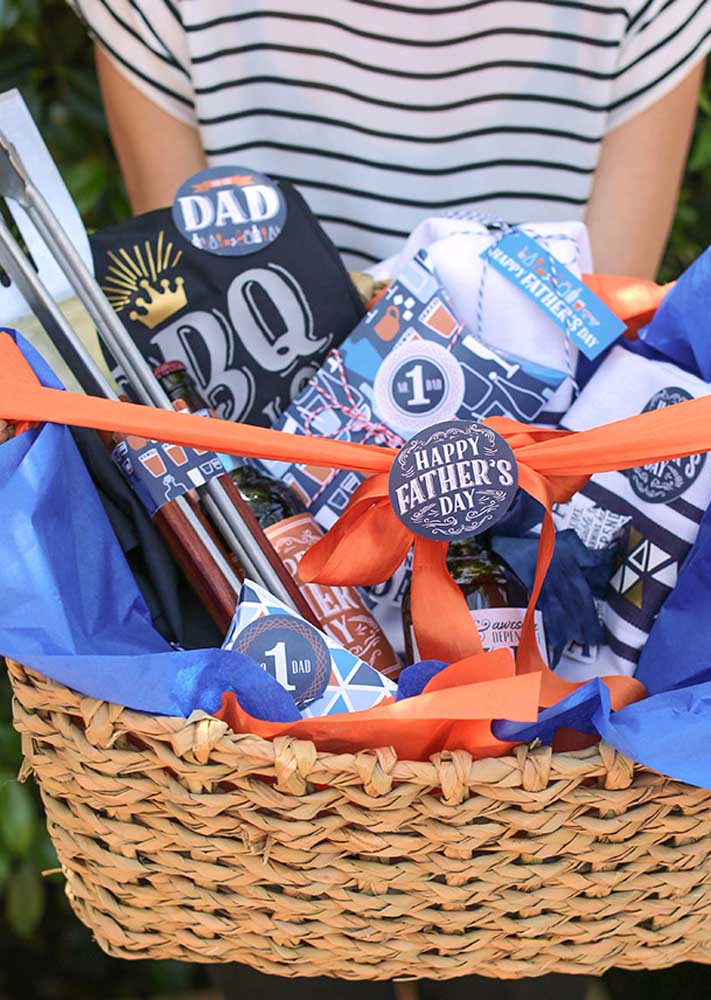 Gift for Father's Day: barbecue kit in rustic basket