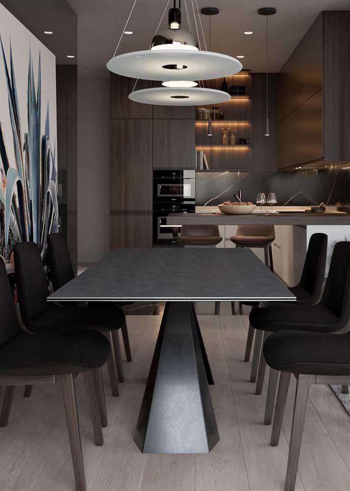 A mesa de jantar toda em metal traz modernidade a sala de jantar