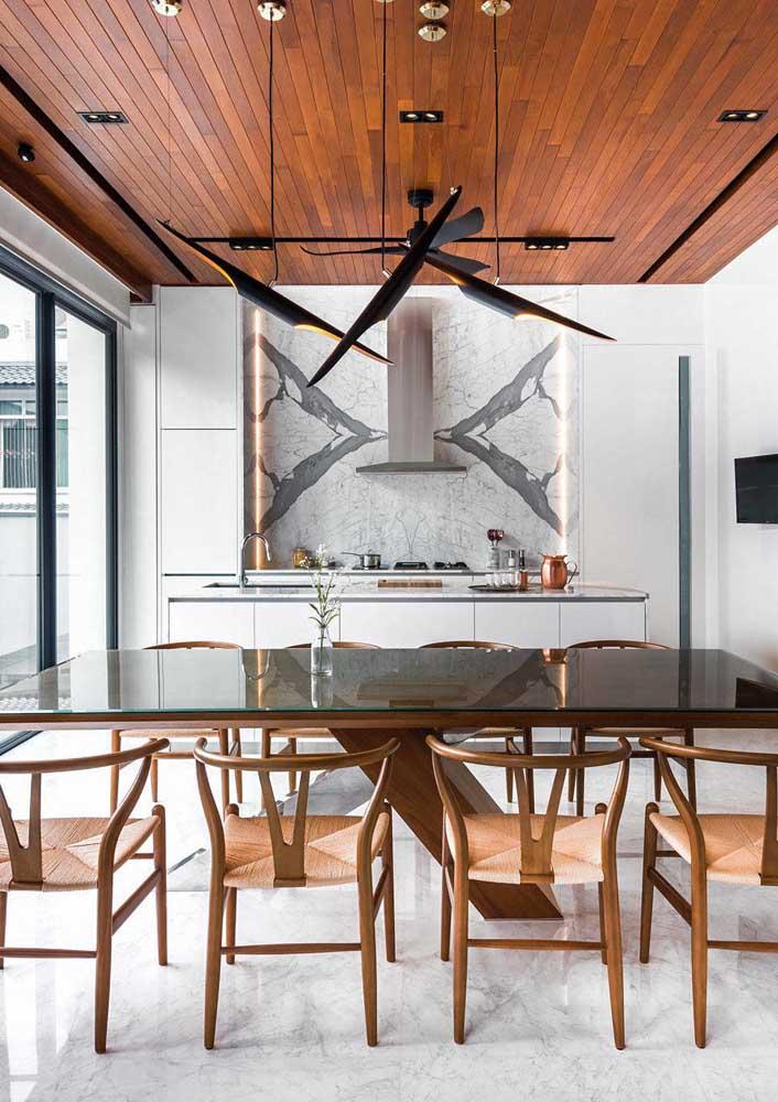 Mesa de jantar 8 lugares. O destaque aqui é o tampo de vidro sobre a madeira