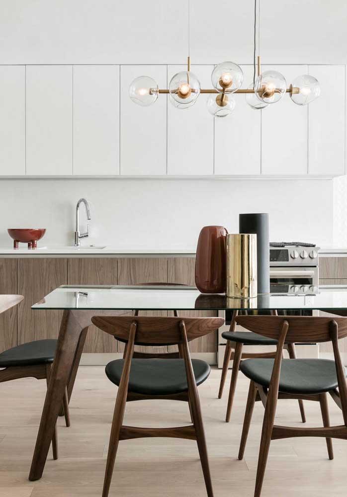Sala de jantar integrada à cozinha com mesa de 6 lugares