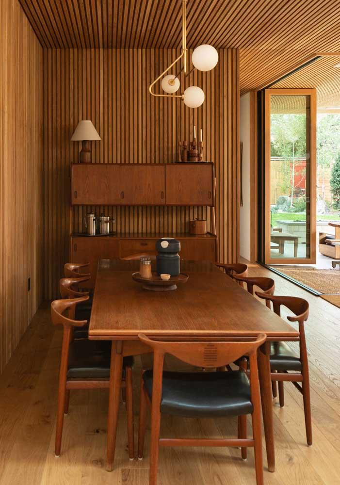 A madeira domina a decoração dessa sala de jantar