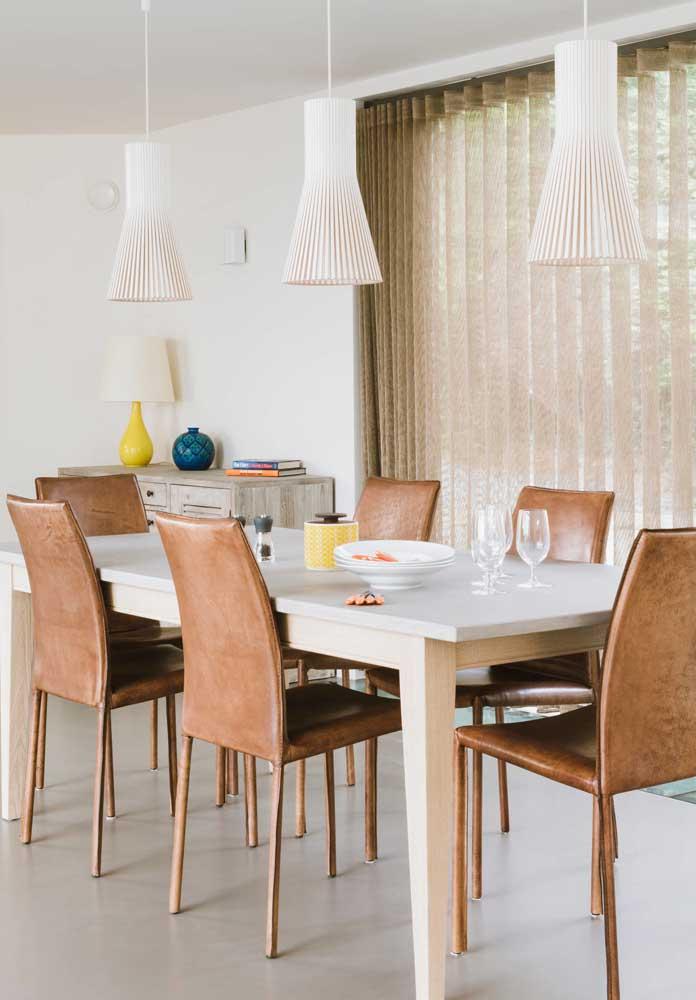 Três luminárias para acompanhar a dimensão da mesa retangular