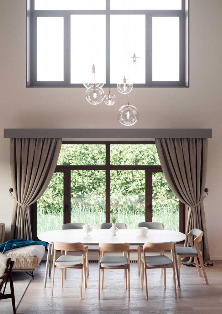 A mesa de jantar oval é perfeita para salas grandes