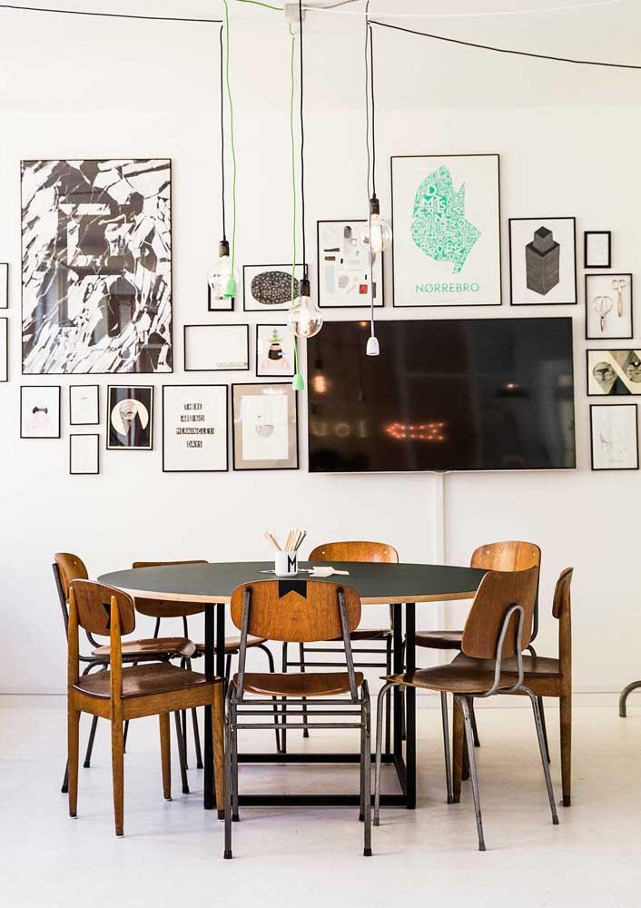 Cadeiras de estilo retrô marcam o entorno da mesa de jantar moderna