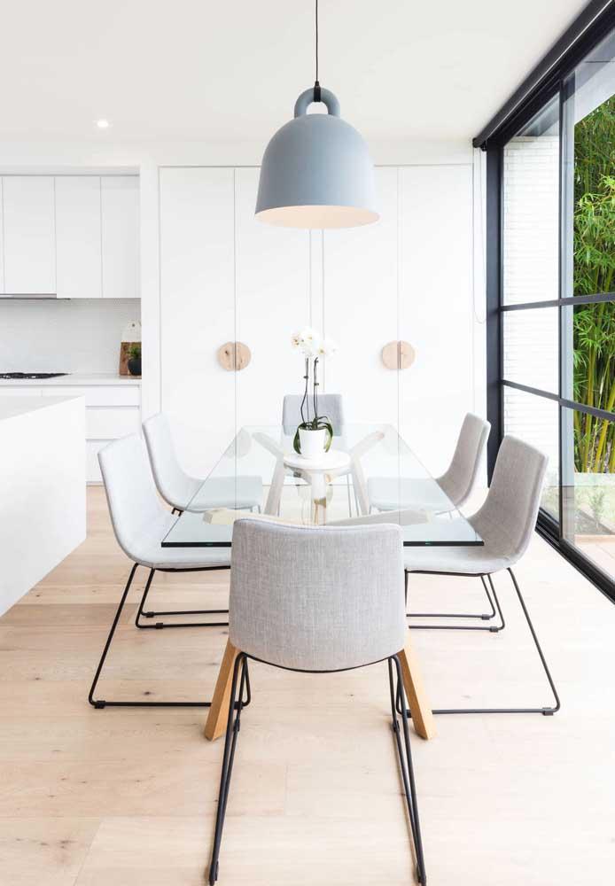 Cores neutras e design minimalista nessa mesa de jantar 6 lugares