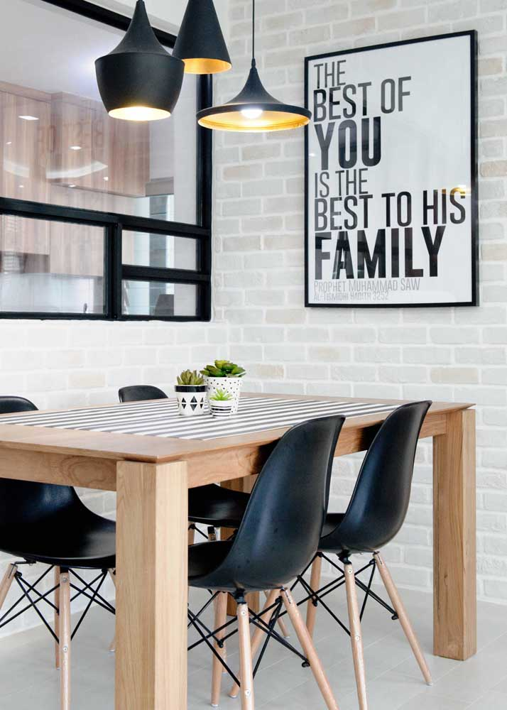 A mesa de madeira atende qualquer estilo, pode apostar!