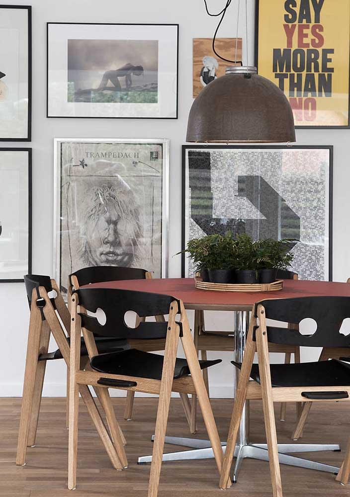 Mesa redonda com cadeiras dobráveis para uma sala de jantar moderna