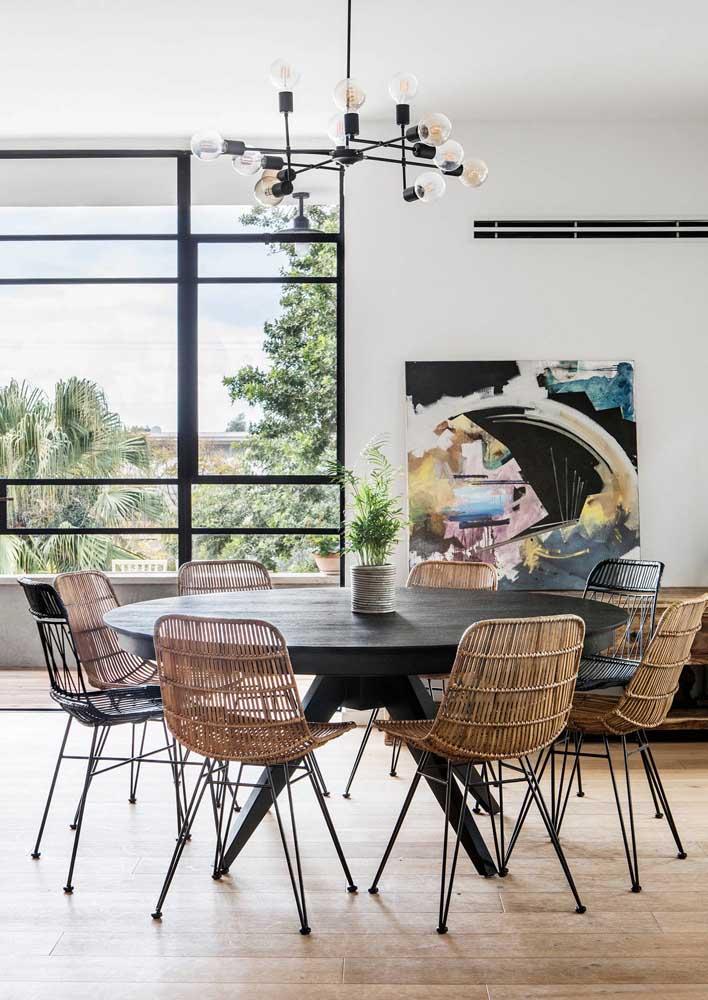 Mesa redonda 8 lugares para essa ampla sala de jantar