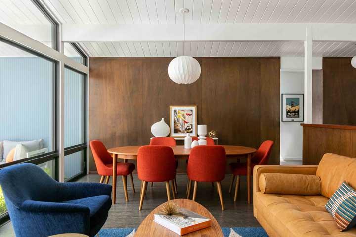 A mesa oval acompanha o formato da sala de jantar