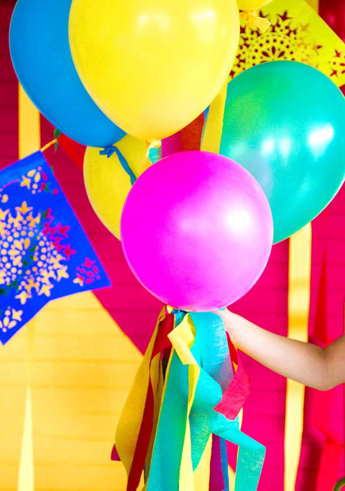 Colorful balloons for a simple and inexpensive Mexican dinner decoration